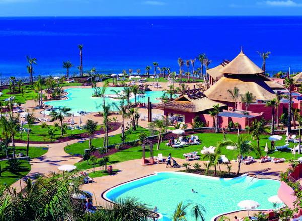 Ein Hinweis auf das ExpressFM Gewinnspiel: Die gesamte Anlage des Sheraton La Caleta Resort & Spa ist in zartem Rosa gehalten
