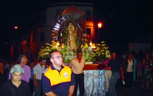 Die feierliche Prozession der Schutzpatronin gehört ebenso dazu wie das bunte Feuerwerk und das ausgelassene Tanzen danach
