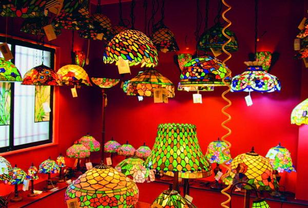 Eine gigantische Auswahl an Tiffany-Lampen in allen Farben und Formen