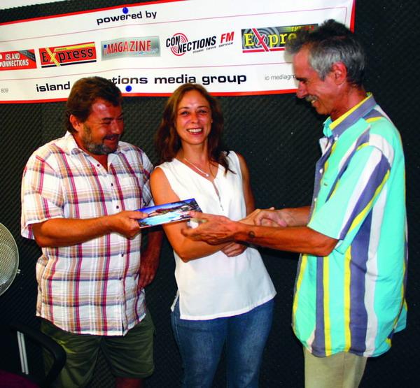 Die Gewinner nahmen den Preis von Heinz G. Schwarzmanns, Station Manager von ExpressFM, entgegen.