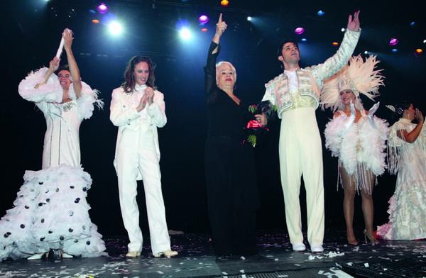 Jubelnder Beifall für Carmen Mota (Bild Mitte) und die beiden Hauptdarsteller ihrer neuen Show AIRAM