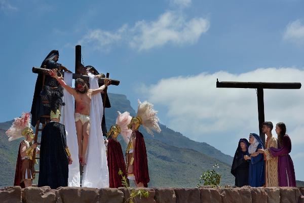 Jesus am Kreuz – statt auf dem Berg Golgotha auf der Plaza de España in Adeje.
