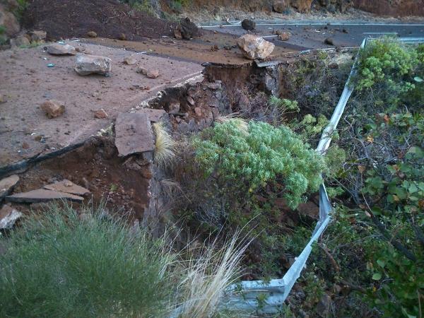Gefährlicher Wasserschaden auf der Verbindungsstraße.