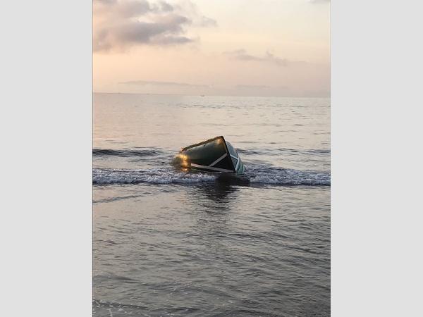 Das untergegangene Holzboot wurde an den Strand bei Santa Cruz angeschwemmt.