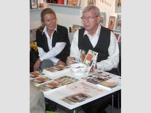"""Klaus Matzdorf signiert das """"Canarische Tagebuch"""" seiner Großmutter."""