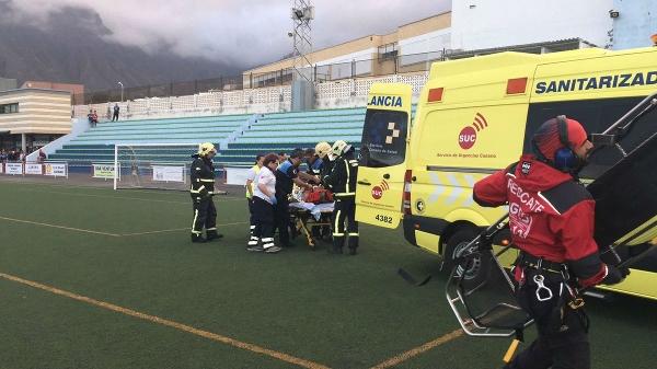Vom Hubschrauber wurde der Verletzte in einen Rettungswagen umgebettet und ins Krankenhaus gebracht.