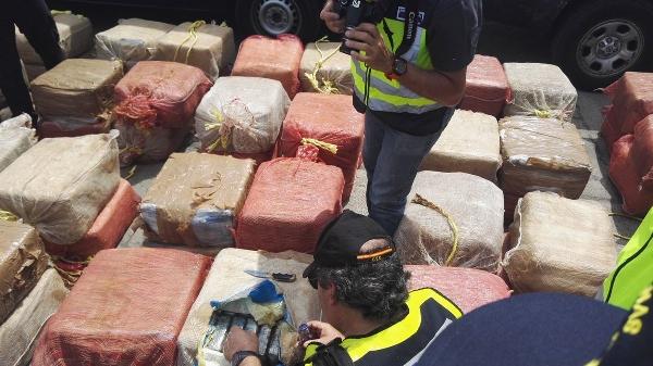 Boot mit 2.500 Kilo Kokain geentert.