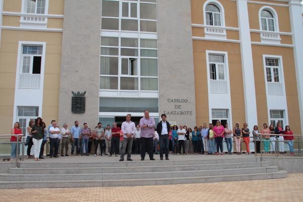 Zahlreiche Schweigeminuten zum Zeichen der Solidarität wurden gestern vor verschiedenen Verwaltungsgebäuden, wie hier vor dem Cabildo von Lanzarote, zelebriert.