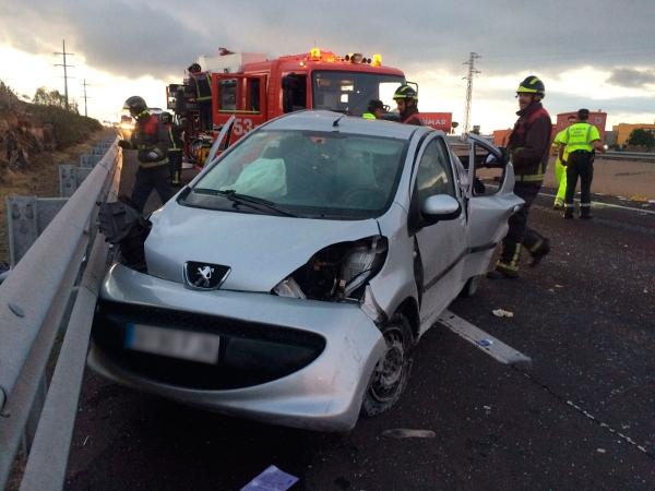 Aus diesem Fahrzeug mussten die verletzten Insassen befreit werden.