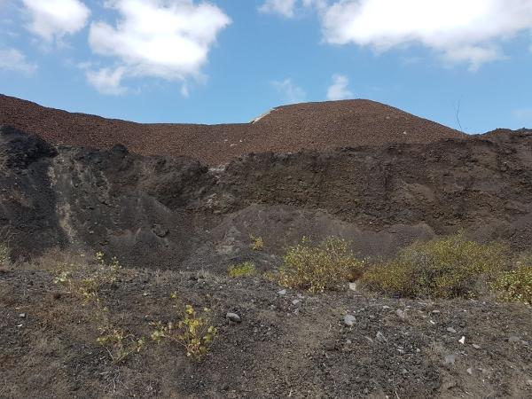 Bürger und Polizei verhinderten den Abtransport des Vulkangesteins.