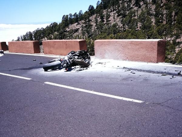 Das Unfallmotorrad brannte aus, der Fahrer verstarb an der Unfallstelle.