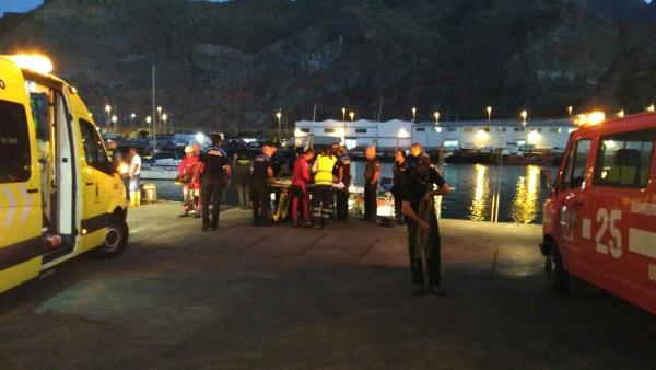 Rettungseinsatz am versunkenen Auto im Hafen von Santa Cruz.