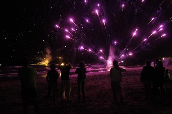 Das Feuerwerk aus dem Meer begeistert die Zuschauer immer wieder neu.