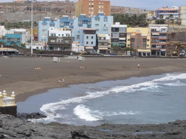 Kaum haben die Ferien begonnen, wäre ein 17-jähriger Jugendlicher an diesem Strand an der Küste von Melenara fast ertrunken.