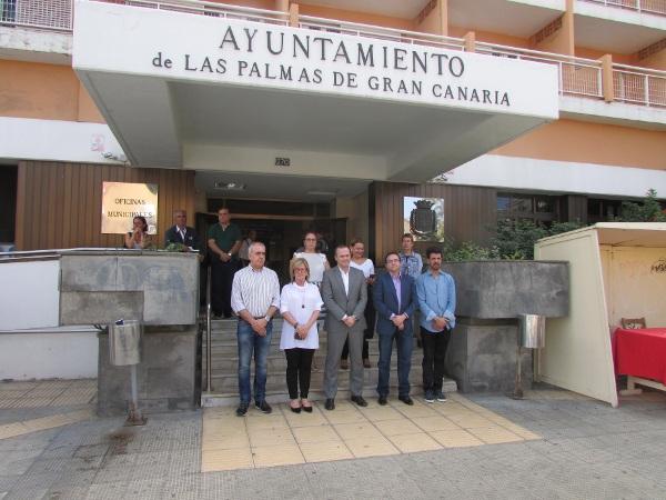 Die Mitarbeiter der Stadtverwaltung von Las Palmas versammelten sich, wie viele Kollegen an anderen Orten, um der Toten zu gedenken.