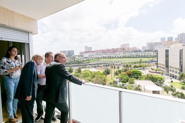 Vom Balkon der Wohnung aus ist das Krankenhaus in Sichtweite.