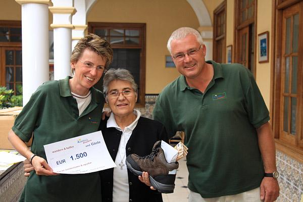 Ein mit Geld gefüllter Wanderstiefel für das Kinderheim Madre Matilde Téllez