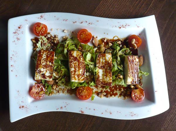 Gebratener Ziegenkäse auf Salat mit süßer Vinaigrette