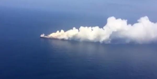 Zunächst sah es aus, als würde das Schiff brennen, doch inzwischen ist klar, dass es sich nur um Rauch handelte.