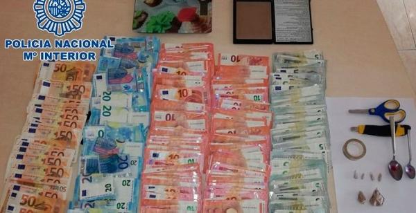 In der Wohnung des Verdächtigen wurden Drogen, Werkzeug und Bargeld sichergestellt.