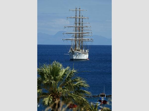 Das majestätische Segelschiff wird im Hafen von Santa Cruz das Interesse der Schiff-Freunde wecken.