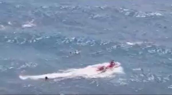 Die abgetriebenen Schwimmer klammerten sich bis zum Eintreffen der Helfer an einem Bodyboard fest, das das Mädchen bei sich hatte.