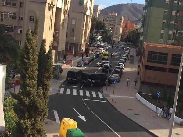 Die Polizei sperrte die Straße nach der Schießerei weiträumig ab.