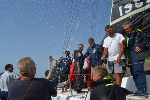 """Die """"Green Dragon"""" segelte um 10.45 Uhr als erstes Boot im Hafen von San Sebastián ein und wurde mit einer Sektdusche empfangen."""