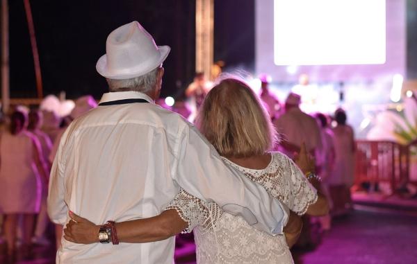 Die Ü55-Party vereint Gleichgesinnte, Gleichaltrige aus ganz verschiedenen Ländern auf einer lustigen Party in Weiß.