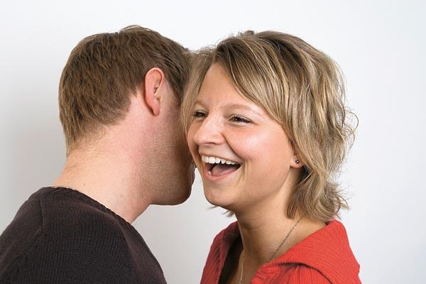 Zwei Menschen lachen miteinander: Für viele Zeitgenossen Grund zum Misstrauen