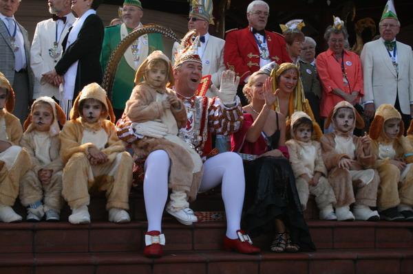 Prinz Lothar I, & Venetia Ute mit den Meerkatzen der Mission Matilde Telles