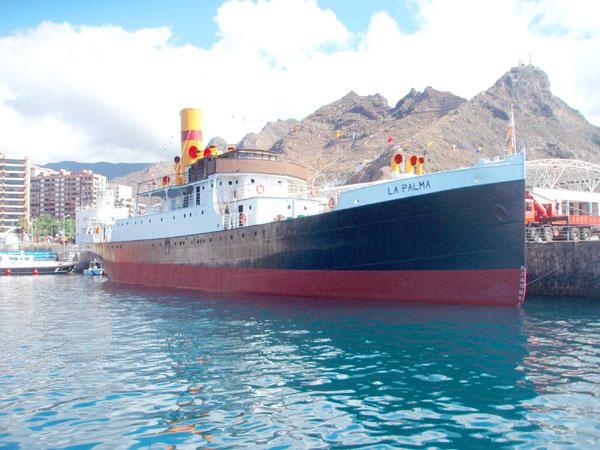 Das restaurierte  Postschiff im Hafen der Inselhauptstadt