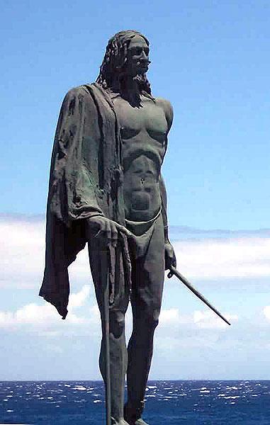 Skulptur des Mencey (König) Acaymo, der über das Stammesgebiet von Tacoronte herrschte, auf dem Platz vor der mächtigen Wallfahrtskirche in Candelaria auf Teneriffa  (file: Mencey_Candelaria)