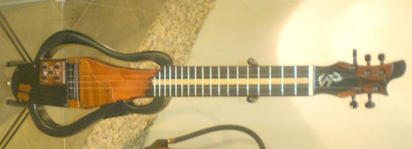 Von der Form her mehr Rockbass: Das elektro-akustische Timple