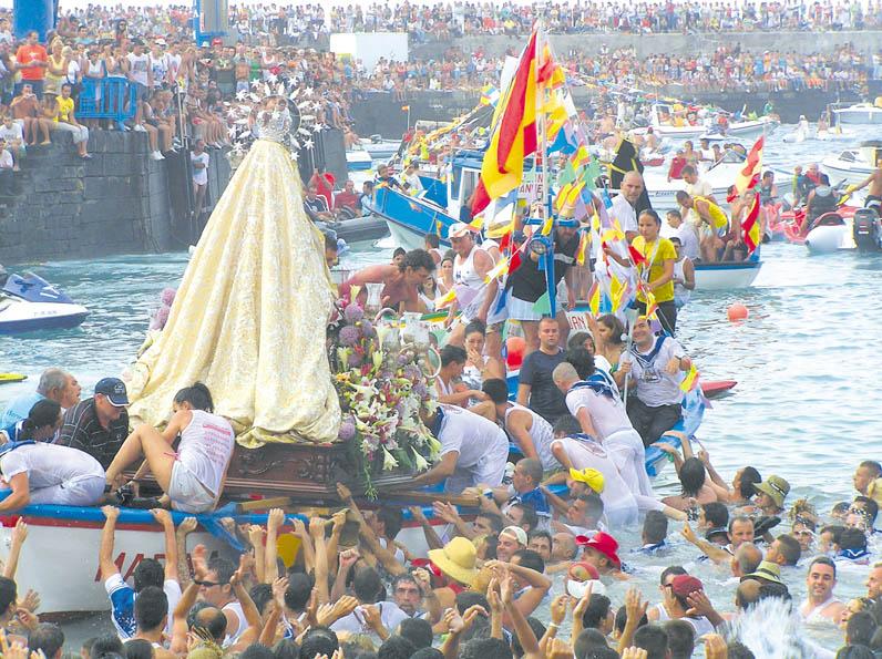 Der Höhepunkt der Prozession: Das Boot mit der  Jungfrau legt ab