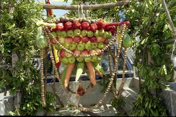 """Die Früchte der Natur werden zu kunstvollen Gestecken drapiert, ehe sie vor der Kirche """"Santa Barbara"""" als Spende aufgehängt werden"""