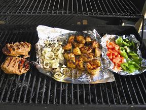 Ein kühles Getränk, ein saftiges Steak und Frisches aus dem Garten – die perfekte Barbecue-Mischung