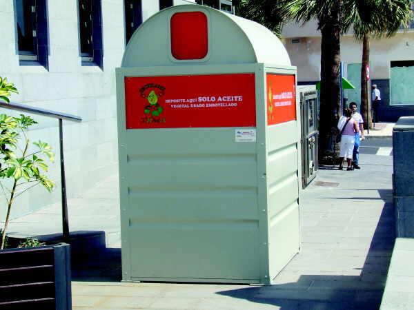 Die Bewohner können dann genutztes Alt-Öl aus Fritteusen, Konservendosen oder Pfannen in Plastikbehälter abfüllen und in den jeweiligen Containern entsorgen. Die werden an 20 zentralen Punkten innerhalb des Stadtgebietes aufgestellt. Gleichzeitig sic