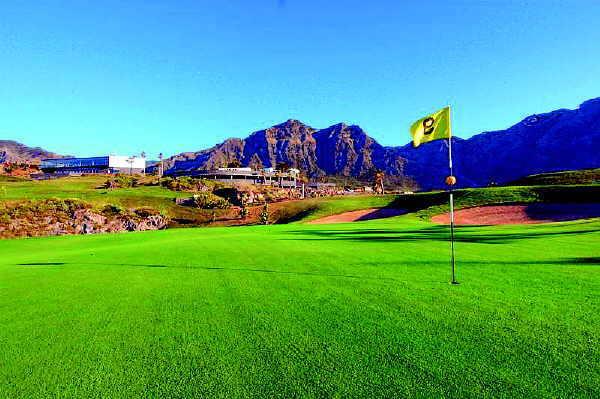 Der Golfplatz in Buenavista fasziniert auch durch sein eindrucksvolles Ambiente zwischen blauem Atlantik und dunklem Teno-Gebirge