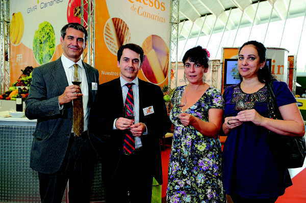 José Joaquín Bethencourt (Zweiter von li.) unterstrich das kontinuierlich wachsende Interesse an kanarischen Weinen, das man auf der Messe deutlich spüren konnte