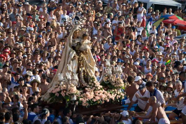 Jubelnde Menschenmassen sind zur Fiesta del Carmen, Schutzpatronin der Fischer, Tradition.