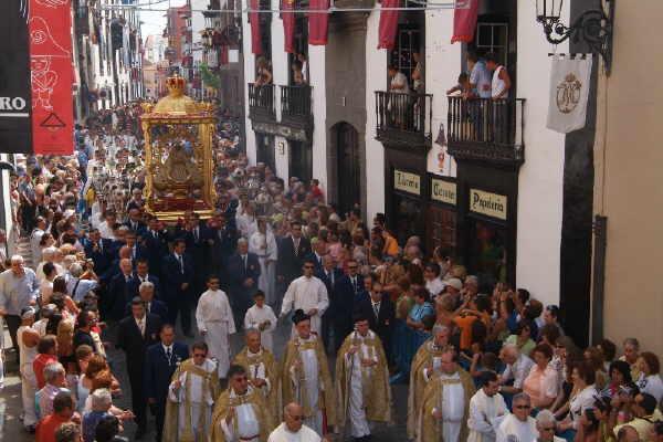 Die Schutzpatronin Virgen de las Nieves beim Einzug in die Hauptstadt
