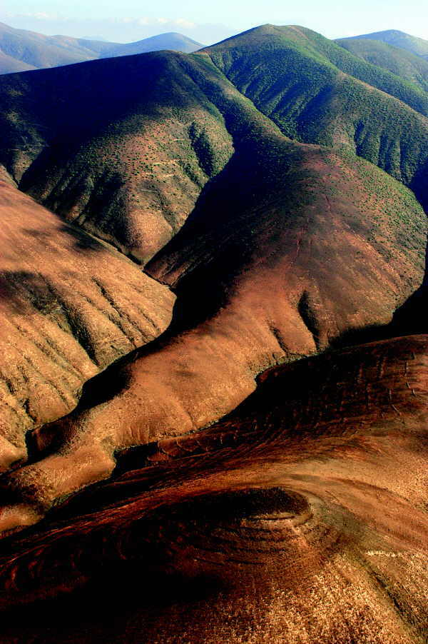 Die wenigen Berge der Insel sind karg und kahl – ein interessanter Kontrast zu den grünen Wäldern der Westprovinz.