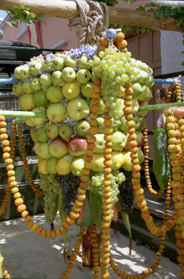Solch prächtige Dekorationen aus Früchten und Obst, die zu kunstvollen Gestecken zusammengebunden werden, sieht man nur in Santa Barbara.