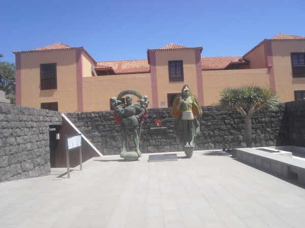 Der Eingangsbereich des Pyramidenparks mit dem Museumstrakt Casa Cachona im Hintergrund.