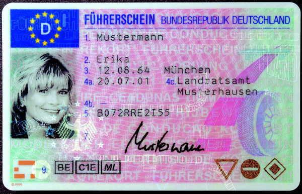 Der in Deutschland übliche Führerschein im Scheckkartenformat soll EU-weit eingeführt werden. Seine Gültigkeit endet dann nach 15 Jahren.