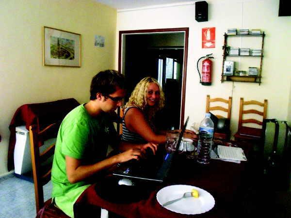 Jo bei ihrem täglichen Schreibpensum mit einem Kollegen aus Hamburg. Austausch und Spaß gehört natürlich auch dazu.