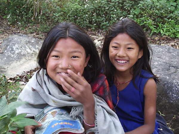 So sieht ein fröhliches Lächeln aus. Zwei Mädchen, die im Waisenhaus ein neues Zuhause gefunden haben und dort sicher vor sexueller Ausbeutung sind.
