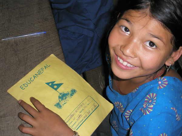 Bipana geht jetzt glücklich zur Schule in Dumre.