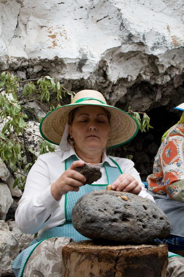 Stein auf Mandel – Natur schlägt Natur